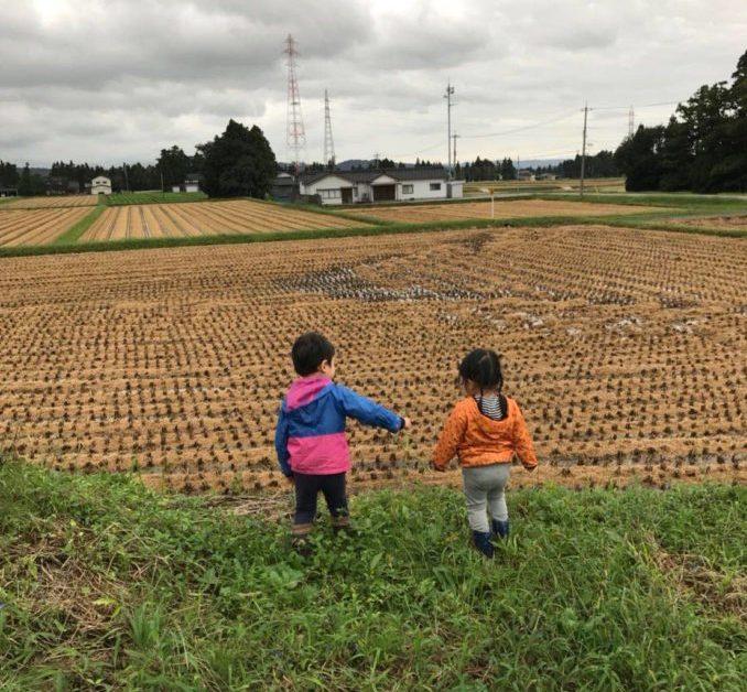田舎の大切な家を守り続けたい子供達が遊ぶ写真
