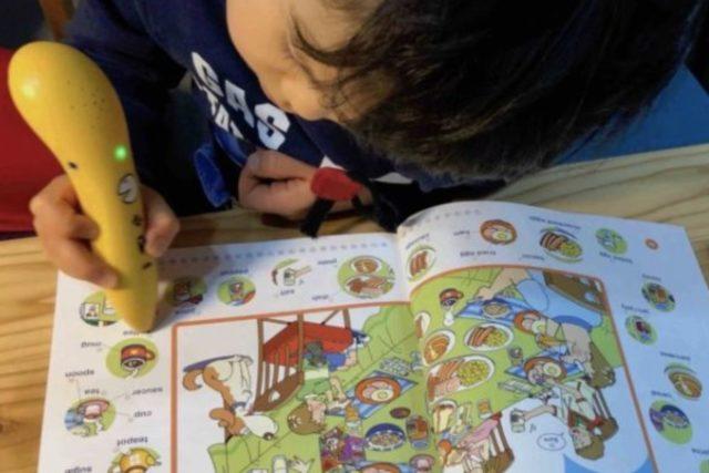 アルクの英語じてんの教材でタッチペンで遊ぶ息子の画像