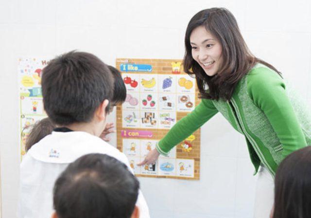 ベネッセの英語子供教室の授業をする先生のイメージ画像