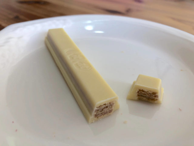 キットカット ショコラトリー:パッションフルーツ味を切った断面図